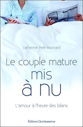 Banque d'images — Mature couple marié dans une étreinte d'amour